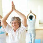Mujeres mayores practicando yoga. ©Shutterstock