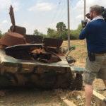 Jonathan filmando un vehículo abandonado (detrás de cámaras). ©BBC 2015