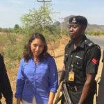 La presentadora Tulip Mazumdar con escoltas policiales nigerianas. ©BBC 2015