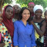 La presentadora Tulip Mazumdar y las niñas de Nigeria. ©BBC 2015
