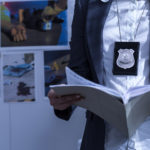 Policía leyendo expediente. © Shutterstock
