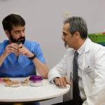 Dr. Herranz-y-Dr. Javier Blanco platicando en la cafetería. ©RTVE
