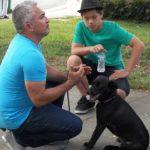 Cesar en cuclillas con perro. Cortesía - NGC/ITV Studios Ltd