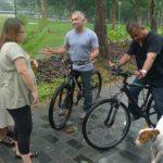 Cesar explica cómo andar en bicicleta con perro. ©National Geographic Channels/Nick Oh