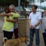 Cesar felicita a Phoebe después de su caminata con perros. ©National Geographic Channels/Janine Campbell