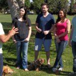 Cesar hablando con los dueños de perros. Cortesía - NGC/ITV Studios Ltd