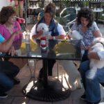 Cesar platica con los dueños de los perros. Cortesía - NGC/ITV Studios Ltd