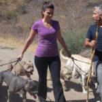Cesar y Aileen paseando perros. Cortesía - NGC/ITV Studios Ltd