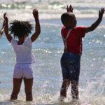Niños africanos jugando con agua. ©Pixabay