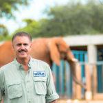 Ron Magill y elefante