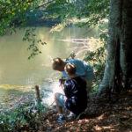 Dos niños encuentran el cuerpo descompuesto. ©New Dominion Pictures, LLC