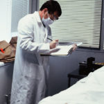 Examinador forense escribe notas. ©New Dominion Pictures, LLC