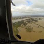 Helicóptero sobrevolando zona de conflicto