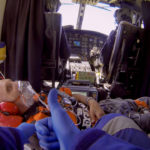 Herico con mascarilla en helicóptero
