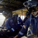 Rescatistas al interior del helicóptero