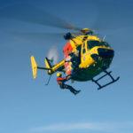 Rescatistas colgados del helicóptero