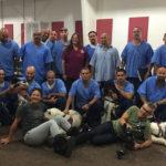 Equipo de producción en la prisión de hombres - Programa de perros