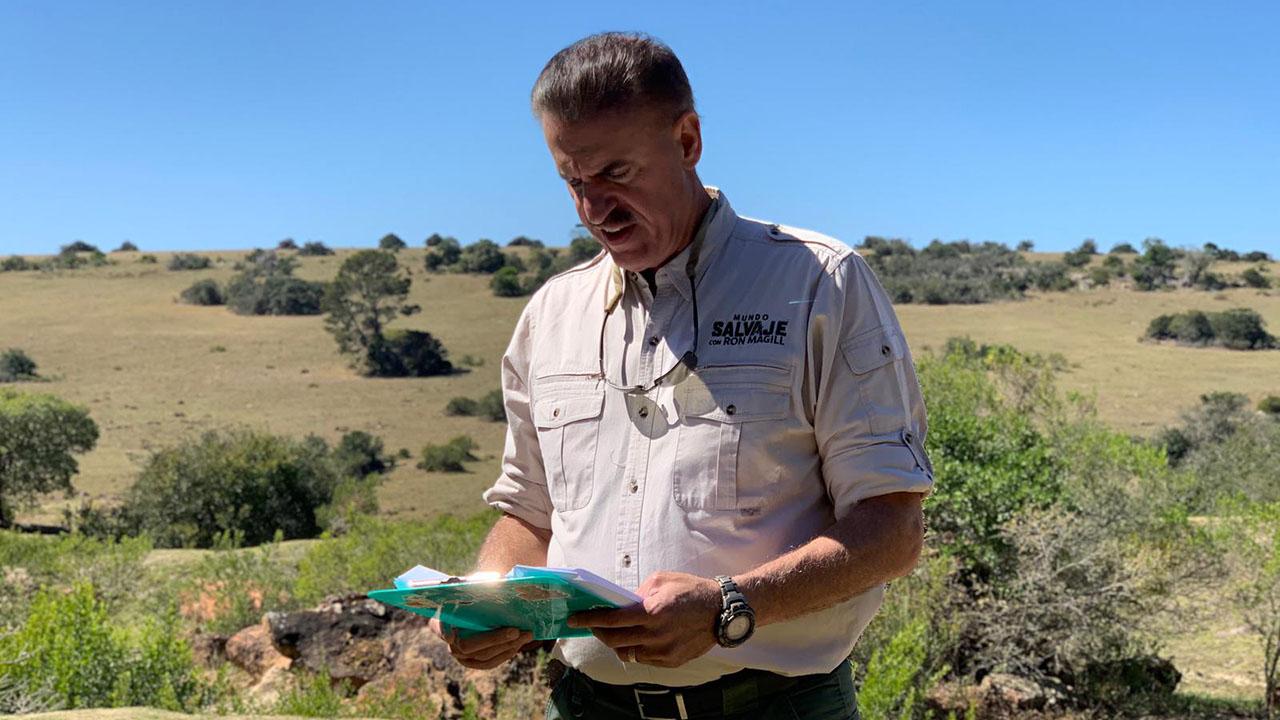 Ron Magill estudiando script de la segunda temporada de Mundo Salvaje