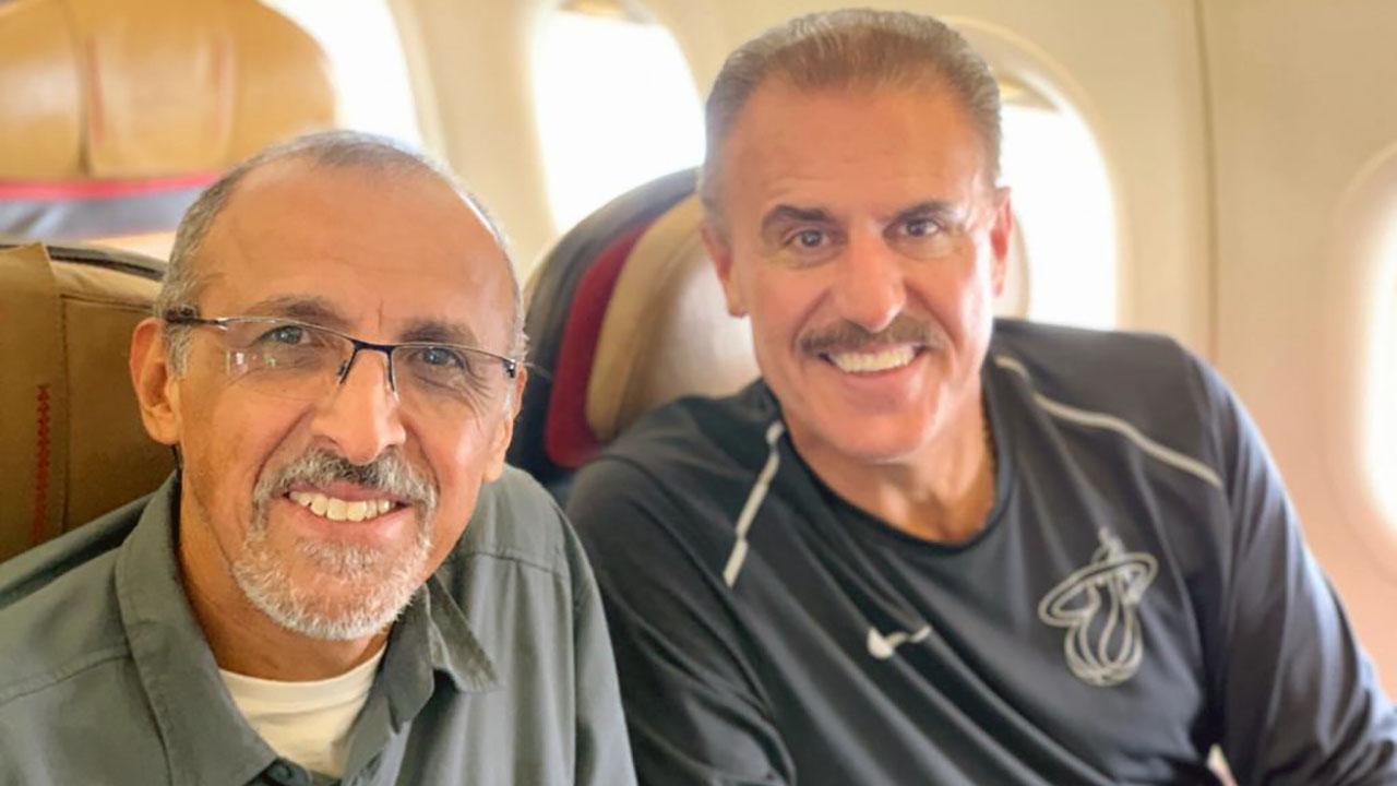 Ron Magill en el avión, en camino a grabar la segunda temporada de Mundo Salvaje