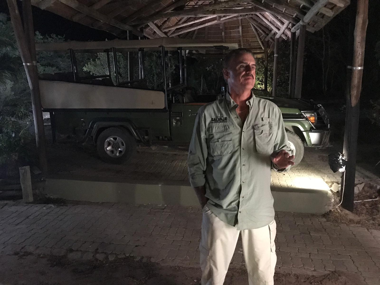 Ron mira hacia la obscuridad de la sabana africana