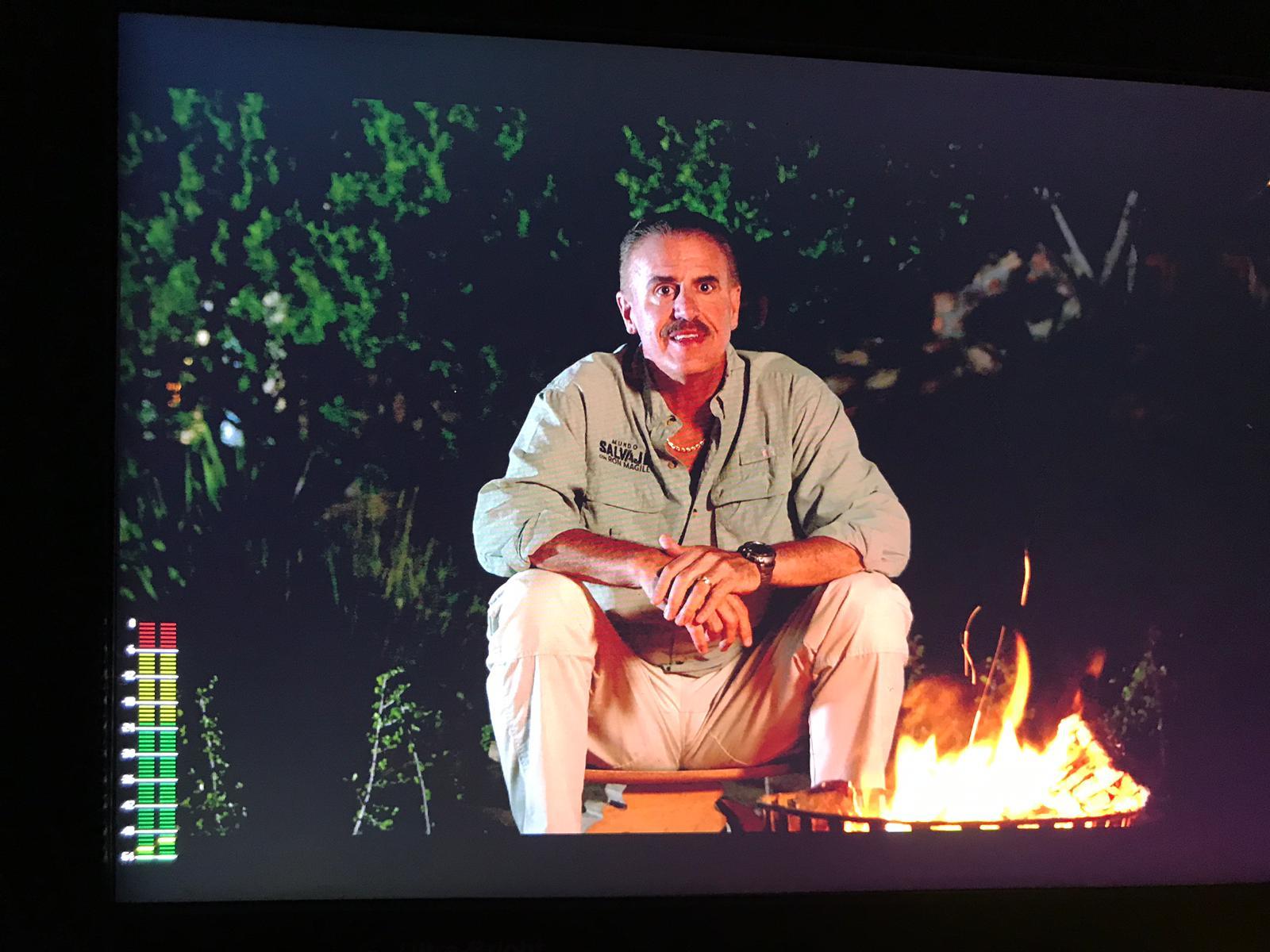 Ron sentado frente a una fogata