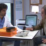 Dr. Dacaret hablando con panciente