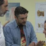 Dr. Landó hablando con pacientes