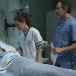 Dr. Ramón Landó y enfermera Pepa visitando paciente