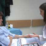 Dra. Marina Rey visitando paciente
