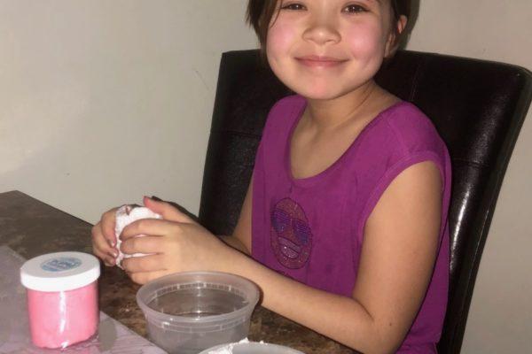 Olivia haciendo slime