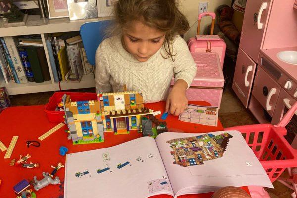 María Valles armando legos