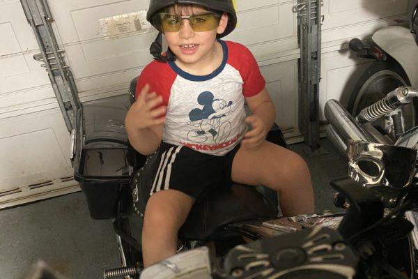 Nikos aprendiendo las partes de una moto
