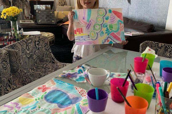 Matilda pintando con acuarela y haciendo una casita con crayons