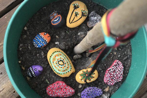 Beijalu pintando piedras