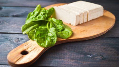Revuelto vegano de tofu y espinacas
