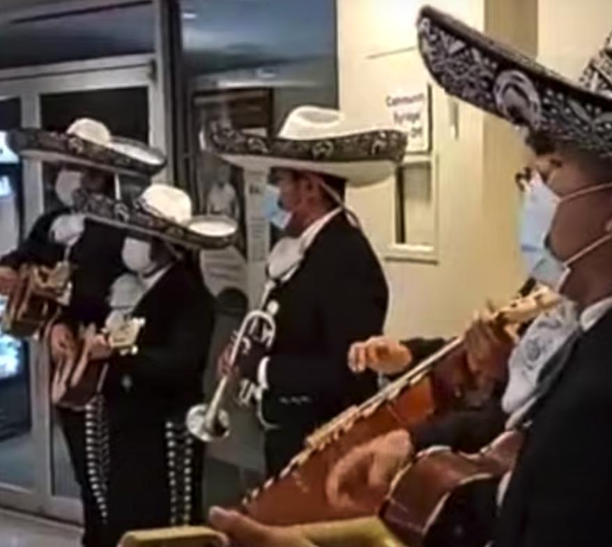 Valentín Martínez, de origen mexicano, dirige una escuela de jovenes mariachis que ahora llevan la música típica mexicana a hospitales en Nueva York.
