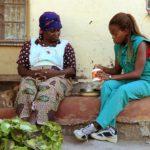 Habitante del pueblo hablando con veterianaria ©Copyright Green Films Pty(Ltd)