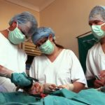 Veterinarios operando ©Copyright Green Films Pty(Ltd)