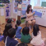 7 Profesora dando clase a alumnos Signos Vitales