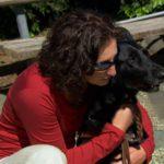Mujer feliz con su perro - Nuestro Cuerpo