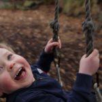 Niño feliz en columpio - Nuestro Cuerpo