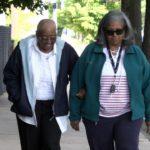 Personas mayores caminando - Nuestro Cuerpo