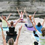 Práctica de yoga mujeres - El Doctor en Casa