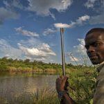 Africano a la orilla del río