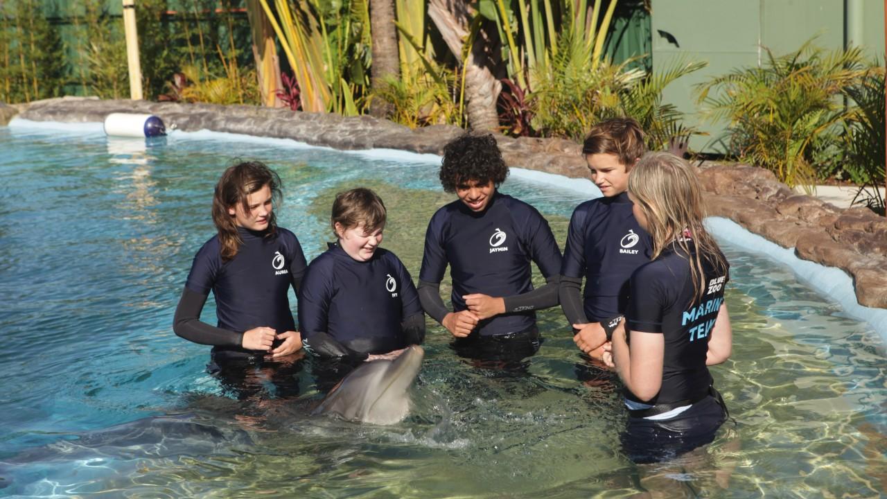 Amy, Bailey, Jaymin, Ivy y Aurea con delfín