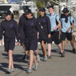 Los estudiantes caminando por la marina