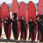 Los estudiantes con sus tablas de surf