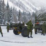 Los miembros de las Fuerzas Armadas Canadienses preparan el obús antes de desencadenar una avalancha controlada en Rogers Pass, Columbia Británica