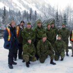 Mark Robinson y Shawn Legg con los miembros de las Fuerzas Armadas Canadienses, que supervisan el programa móvil de control de avalanchas más grande de América del Norte