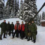 Mark Robinson y el aventurero George Kourounis con los miembros de las Fuerzas Armadas Canadienses